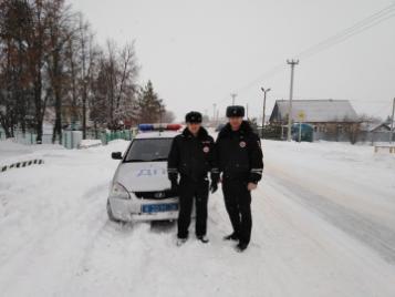 В Северном районе инспекторы дорожно-патрульной службы оказали помощь автомобилисту, машина которого заглохла на трассе ночью в мороз